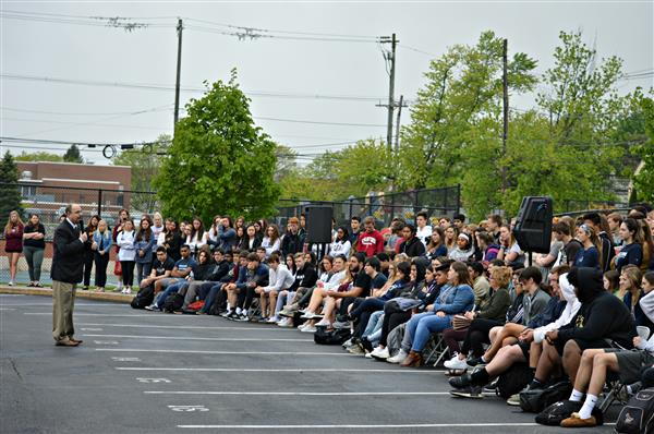 Henderson's junior class hear from Dr. Sherlock during Mock Crash